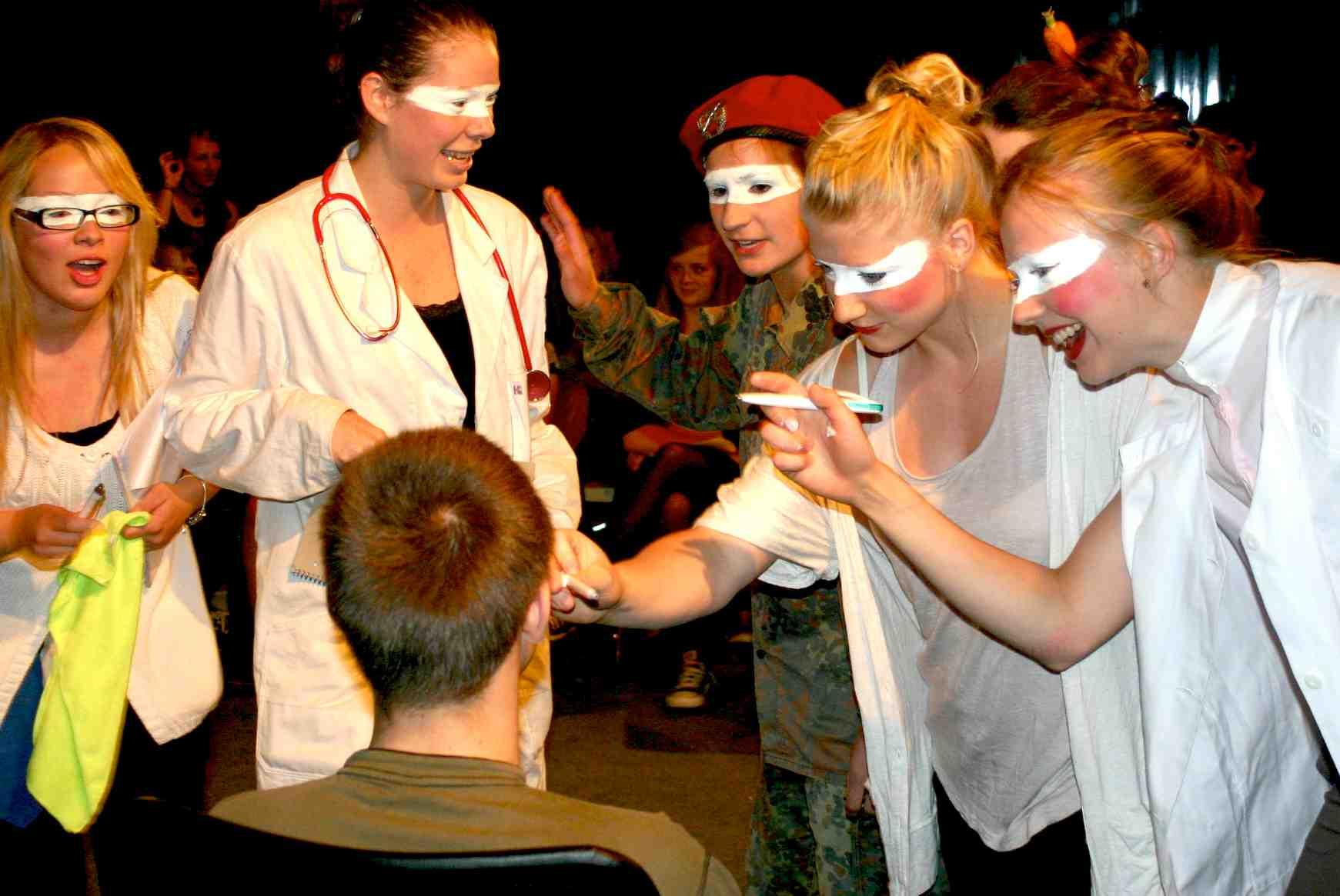 """10.3 (Schmink-)Maske – Tutorial zum """"Kursbuch Theater machen"""""""