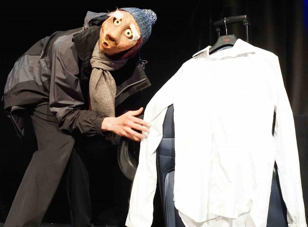 Marcel mit Maske und Koffer