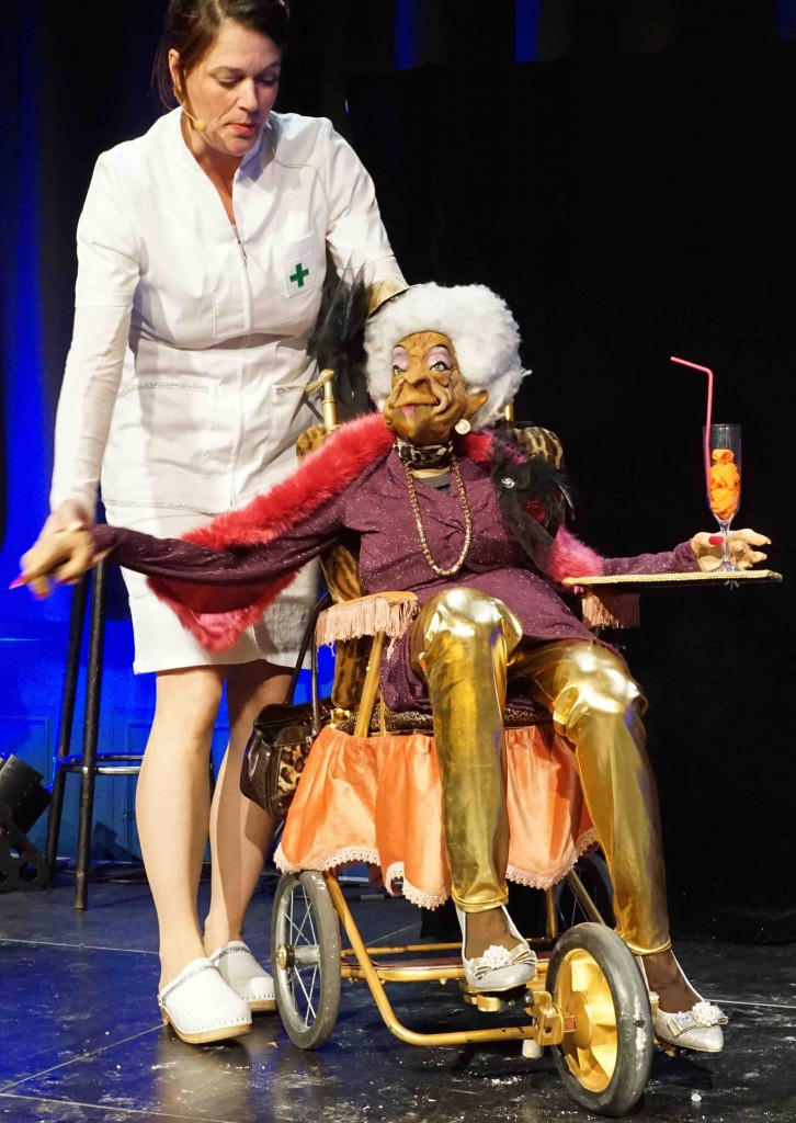 Nicole betreut als Nachschwester eine alte Lady-2